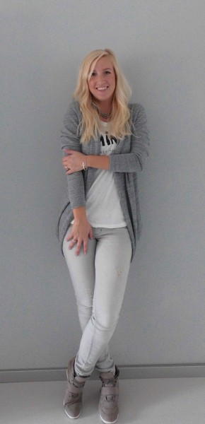 How-to-4-manieren-om-een-wit-t-shirt-te-dragen-4