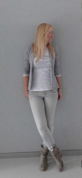 OOTD-outfit-blogger-wit-shirt-grijs-colbert-grijze-jeans-1