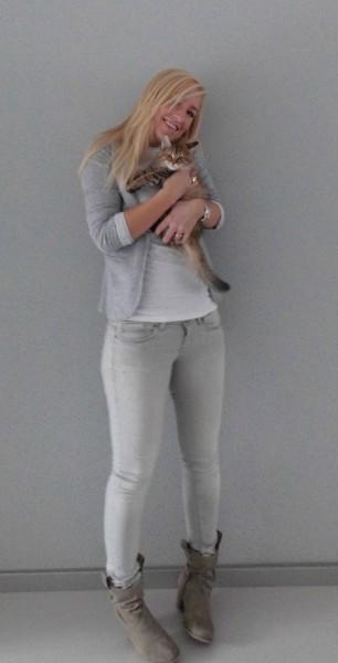 OOTD-outfit-blogger-wit-shirt-grijs-colbert-grijze-jeans-3