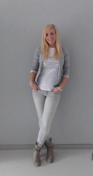 OOTD-outfit-blogger-wit-shirt-grijs-colbert-grijze-jeans-4