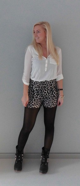 OOTD-high-waisted-panter-short-boots-witte-blouse-3