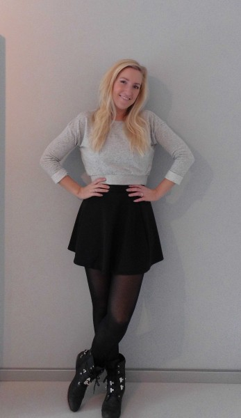 outfit-skater-skirt-boots-en-cropped-sweater-1