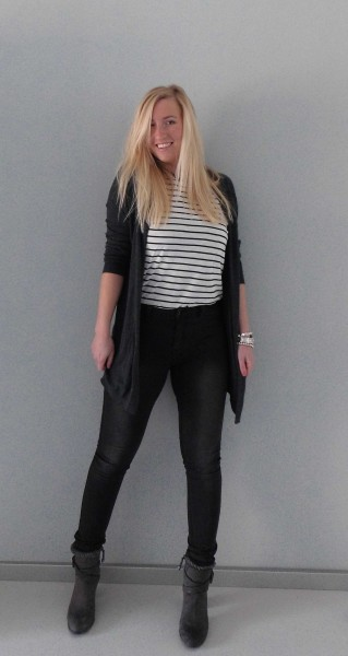 OOTD-outfit-vero-moda-only-high-waisted-dark-grey-jeans-gestreept-shirt-zara-vest-vero-moda-boots-stradivarius-2