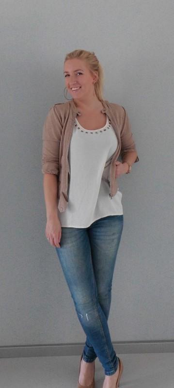 OOTD-outfit-of-the-day-casual-dressy-jeans-bershka-blazer-vest-beige-WE-gebroken-wit-shirt-vero-moda-pumps-van-haren-2