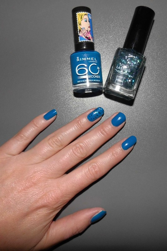 NOTD-nails-nagellak-rimmel-by-Rita-Ora-blindfold-me-blue-en-Hema-Ocean-Glitter-6