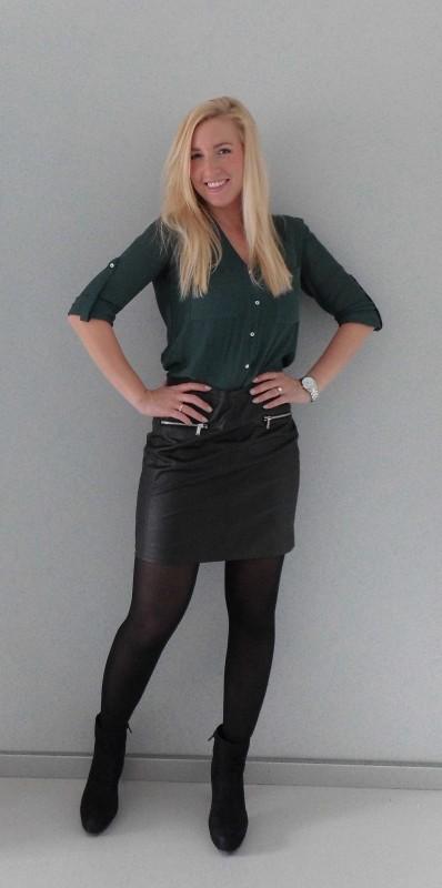 OOTD-outfit-office-work-day-netjes-leren-rok-hm-blouse-donkergroen-zwarte-laarzen-laarsjes-van-haren-1