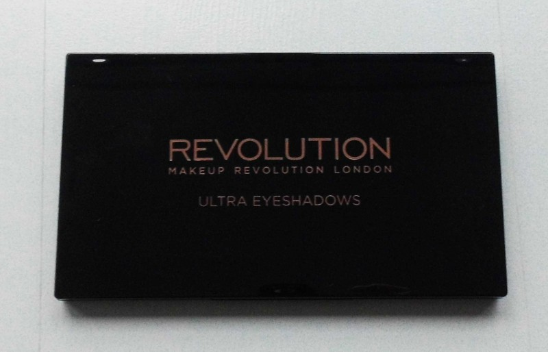Review-makeup-revolution-london-flawless-ultra-eyeshadow-32-palette-blondiebeautyfashion-look-1