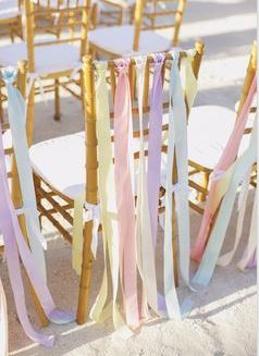DIY decoratie bruiloft budget linten stoelen