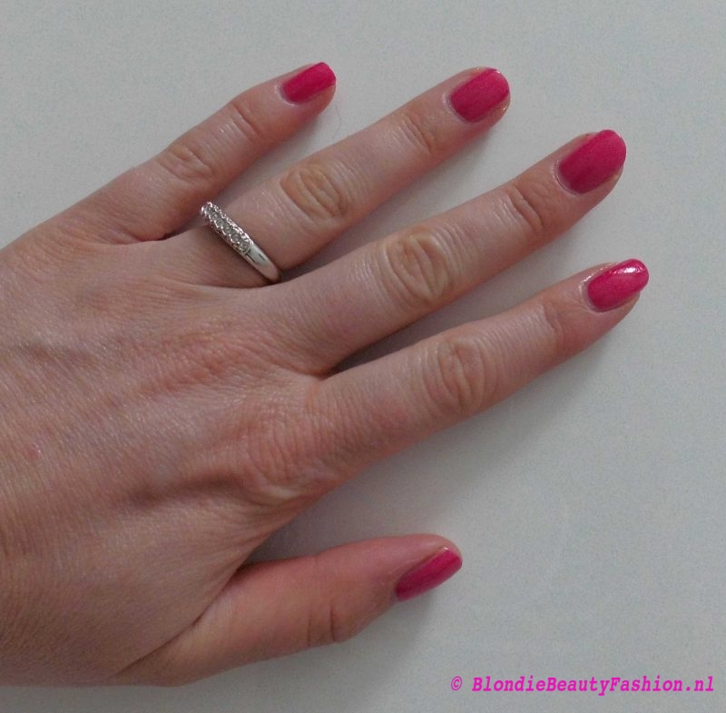 review-Lily-Lolo-nagellak-Carnival-miss-scarlet-soft-coral-test-swatch-5
