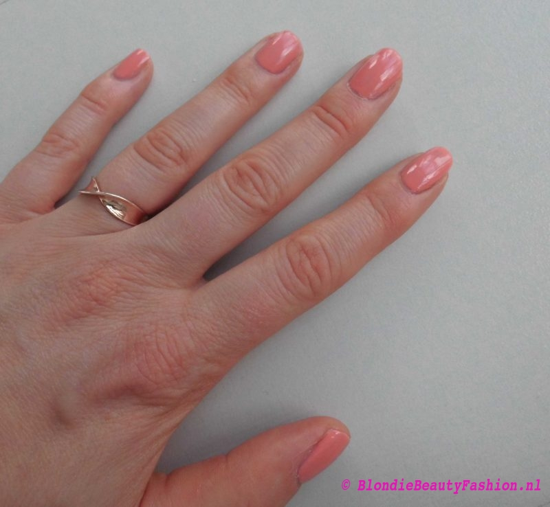 review-Lily-Lolo-nagellak-Carnival-miss-scarlet-soft-coral-test-swatch-6